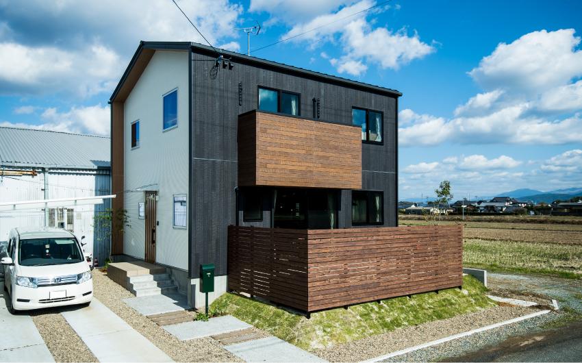 三角屋根の黒い家。