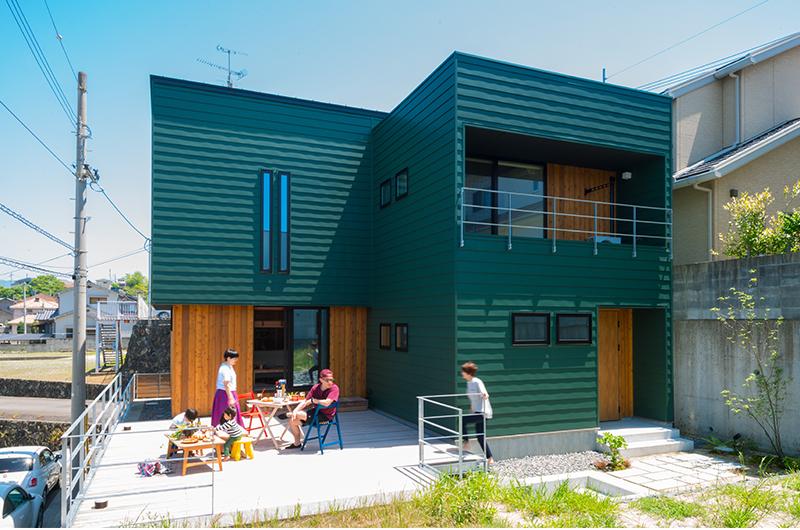 緑ガルバのウッドテラスのお家