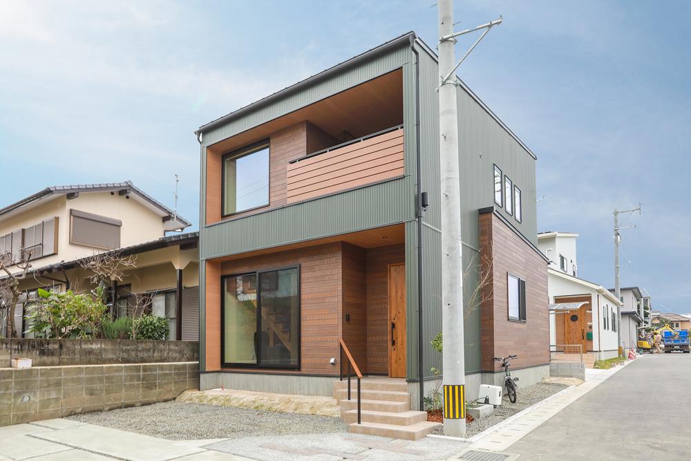 緑ガルバと木のシンプルボックスな家