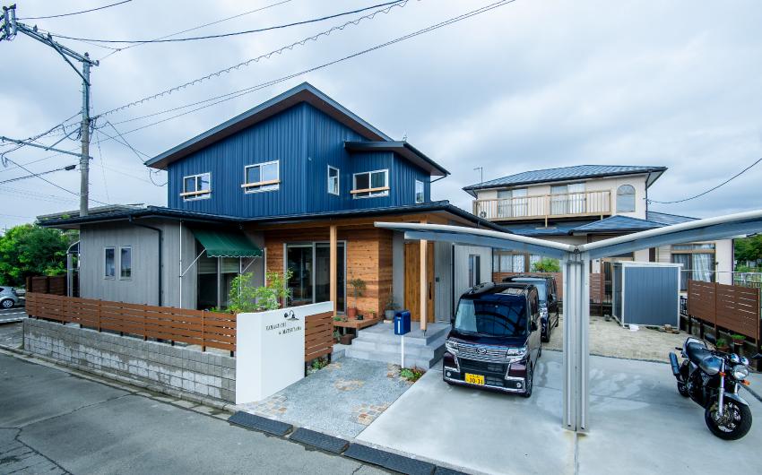 三角屋根の、仲良し二世帯住宅。