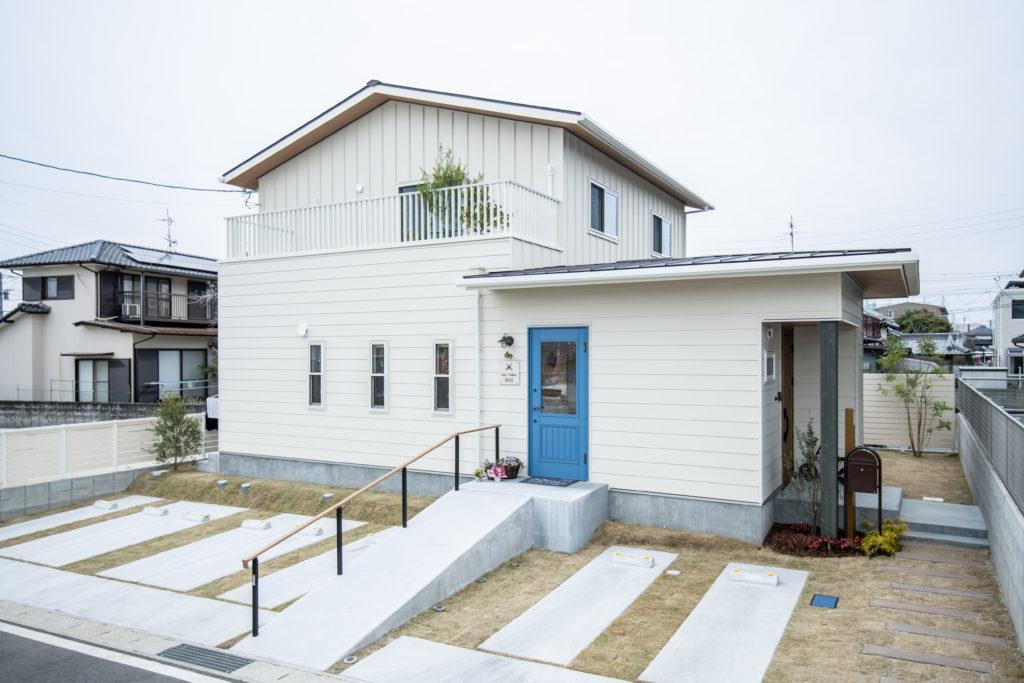 暮らしも仕事も楽しめる、青いドアの家